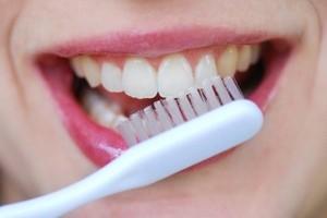 مسواک زدن و نخ دندان کشیدن